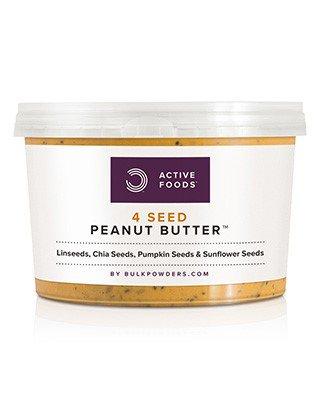 BULK POWDERS™ Erdnussbutter mit 4 Körnersorten ist eine einzigartige Nussbutter mit ganzen gerösteten Erdnüssen sowie Leinsamen