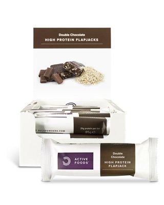 BULK POWDERS™ ProteinreicheFlapjacks (Haferriegel) sindein weiteres Produkt unserer beliebten Active Foods™-Produktserie. Die Flapjacks sind eine bequeme und köstliche Quelle von hochwertigem Protein; sie enthalten21g Protein pro Flapjack – 18 Flapjacks pro Karton.Die Flapjacks sind in Doppel-Schoko (ein Schokoladen-Flapjack mit einem Überzug aus Milchschokolade) und in Erdbeer-Joghurt (ein Erdbeer-Flapjack mit
