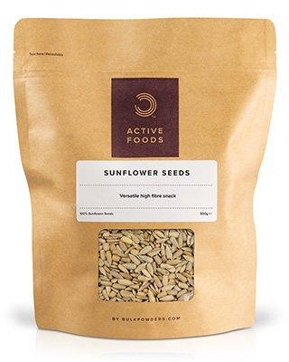 BULK POWDERS™ Sonnenblumenkerne eignen sich zu jeder Tageszeit als gesunder und nährstoffreicher Snack. Sie haben einen hohen Proteingehalt (21 g pro 100 g) und sind vollgepackt mit mehrfach ungesättigten und einfach ungesättigten Fetten. Außerdem sind sie reich an Vitaminen und Mineralstoffen