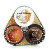 Dieses bezaubernde Geschenkset enthält drei unserer duftenden Body Butters in praktischer Reisegröße – Almond Milk & Honey für trockene